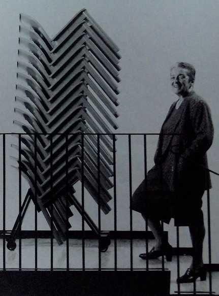 Anna Ferrieri Castelli nel 1987 fotografata assieme alla sedia 4870 [Morozzi, 1993, p.23]