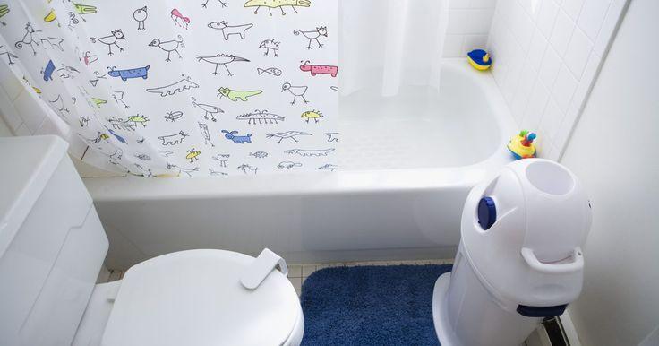 Água sanitária pode limpar um ralo?. Todos os ralos são propensos a entupimentos ao longo do tempo. Chamar um encanador é caro e nem sempre há necessidade. Encontrar uma maneira fácil de limpar um ralo entupido com produtos de limpeza domésticos é a melhor solução. A água sanitária provavelmente não limpará a maioria desses entupimentos, no entanto, há outros itens de limpeza ...