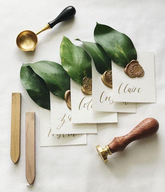 Platzkarten aus Büttenpapier, auf dem die Namen i…