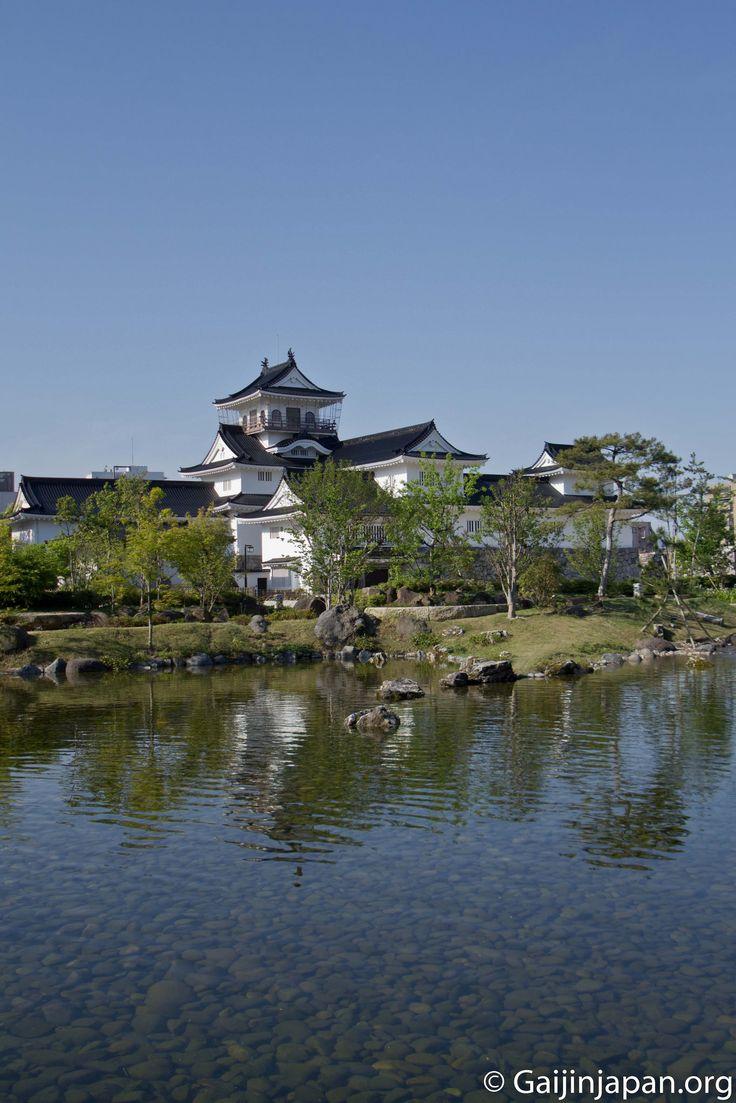 Le château de Toyama avec son parc, dont son point d'eau, offre un cadre agréable pour se relaxer dans la ville du même nom au Japon.
