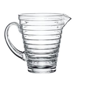 Den eleganta Aino Aalto bringaren från Iittala designades redan 1932, bringaren har en tidlös form och design vilket gör den enkel att kombinera med andra porslinsserier eller glas. Använd bringaren till att servera uppfriskande drycker i och matcha den med andra fina produkter designade av Aino Aalto.