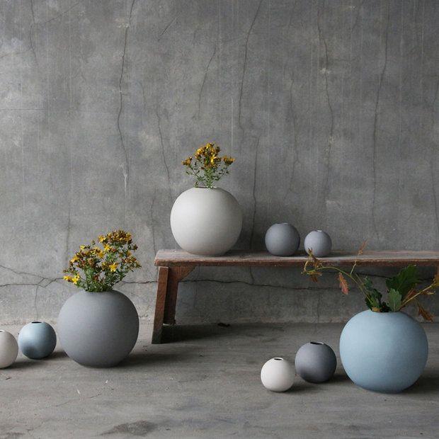 Cooee Design – Ball Vase Helst en stor 20cm Dusty blue +  de 2 mindre i olika storlekar