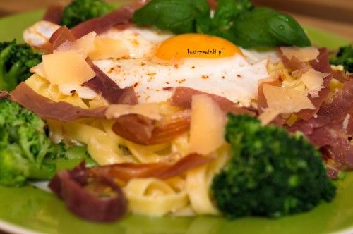 Nasza ulubiona wersja makaronu na tym blogu – tagliatelle. Idealne danie na lekki obiad, dla tych którzy lubią włoską kuchnię. Tagliatelle z brokułami i jajkiem sadzonym w sosie śmietanowo-serowym. Porcja dla 4 osób