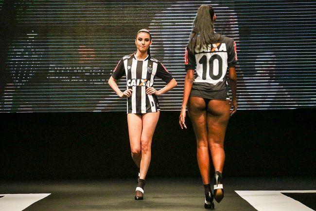Piękne kobiety bohaterkami wieczoru w Belo Horizonte • Seksowne modelki zaprezentowały nowe stroje Atletico Mineiro • Zobacz więcej >> #atleticomineiro #atletico #football #soccer #sports #pilkanozna