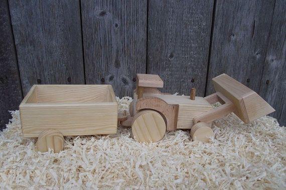 Le tracteur en bois a été fabrication manuelle fine et eco friendly bois : chêne, hêtre et pin. Il rend le regard plus intéressant. Le seau de tracteur et les roues sont mobiles. Le wagon est sur le crochet et peut-être être prise et hors tension.  C'est un cadeau parfait pour votre petit spécial ! Ce serait le succès de n'importe quelle fête d'anniversaire ou une occasion spéciale et ferait un cadeau de Noël très original ! Cette voiture de qualité est faite pour être un jouet préféré dans…