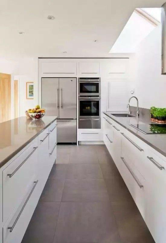 Cozinha branco com chão em cimento queimado