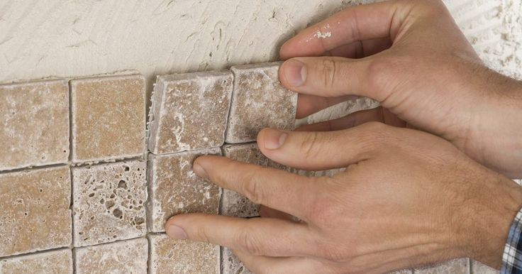 Cómo volver a adherir los azulejos a la pared. El adhesivo de azulejos se vuelve quebradizo con el tiempo, haciendo que el azulejo se afloje o caiga de la pared. Si el problema se limita a sólo unos pocos azulejos, la reparación evita el reemplazo total. La reparación de azulejos por ti mismo es moderadamente fácil y te ahorra el dinero que de otra forma se destinaría a pagar por un colocador ...