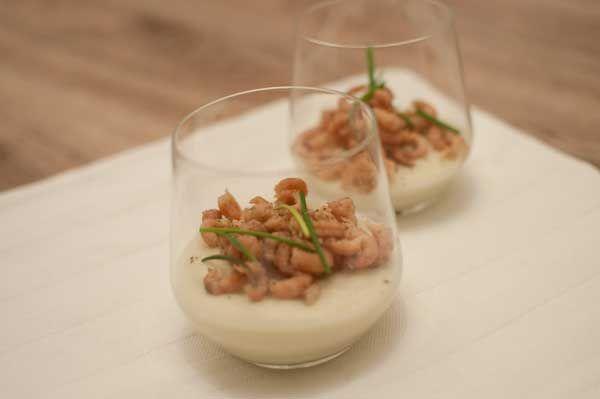 Bloemkoolmousse met Hollandse garnalen; een lekker voorgerecht uit een glaasje. Van tevoren klaar te maken dus een gerecht zonder stress.