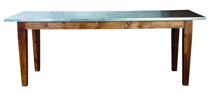 Workstation Skrivebord - Lækkert spisebord i rustikt vintage-look. Bordet er fremstillet af mangotræ, som giver møblet et naturligt og smukt udseende. Bordpladen er udført i galvaniseret metal, som er blevet syre behandlet for at give et antikt finish og derefter har den fået en olieret coating. De rustikke bordben og metal-pladen fuldender det rå og industrielle look, som vil se godt ud i de fleste hjem. Anvend dette trendy spisebord i det moderne køkken eller i spisestuen og tilfør rummet…