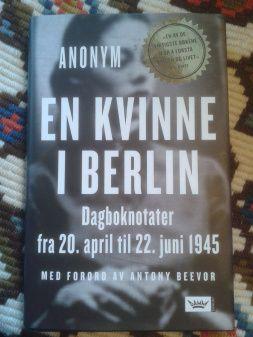 En kvinne i Berlin av Anonym er ingen feelgood roman. Den er tøff, tung og skånselsløs ærlig.   edgeofaword