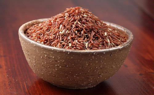 Menurut para ahli, beras merah memiliki sifat yang baik bagi jantung. Karena kaya serat, beras merah memberi efek yang baik untuk pergerakan usus dan dapat membantu menurunkan berat badan.  Selain itu beras merah juga dapat meningkatkan metabolisme dan membuat Anda kenyang lebih lama.  Mengganti nasi putih dengan beras merah dalam menu makan sehari-hari dapat membantu mengurangi resiko terkena diabetes tipe 2.