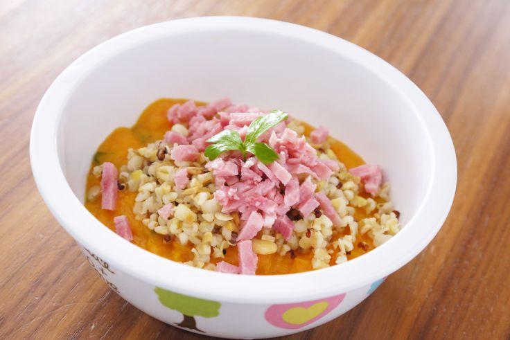 18 mois et + - Jambon à la purée de carottes aux céréales & légumes secs - Une recette de Régalez Bébé - Délicieuse cette recette de purée de carottes au jambon pour bébé ! Riche en protéines, glucides et en vitamines, cette recette de 'jambon à la purée de carottes aux céréales & légumes secs' va séduire les papilles de bébé avec son petit goût agréablement sucré et son côté qui croque sous la dent ! Parfait pour un déjeuner bébé bon, varié et équilibré.