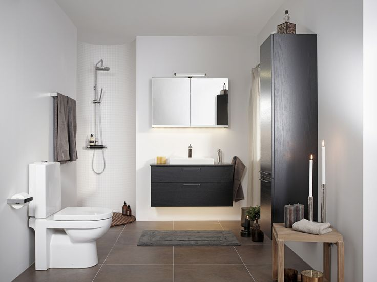 Litet och lyxigt badrum. Mörka, eleganta badrumsmöbler tillsammans med vackert porslin skapar en exklusiv hotellkänsla. | GUSTAVSBERG