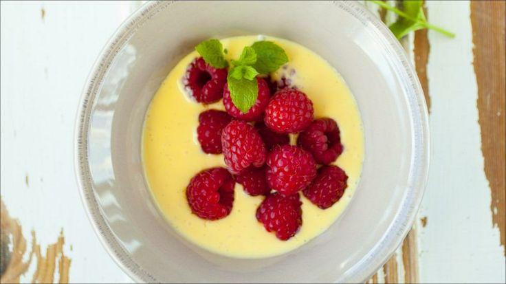 Vaniljesaus med bringebær - Smakfull sommerdessert. Bør ligge i kjøleskapet over natten for best resultat.