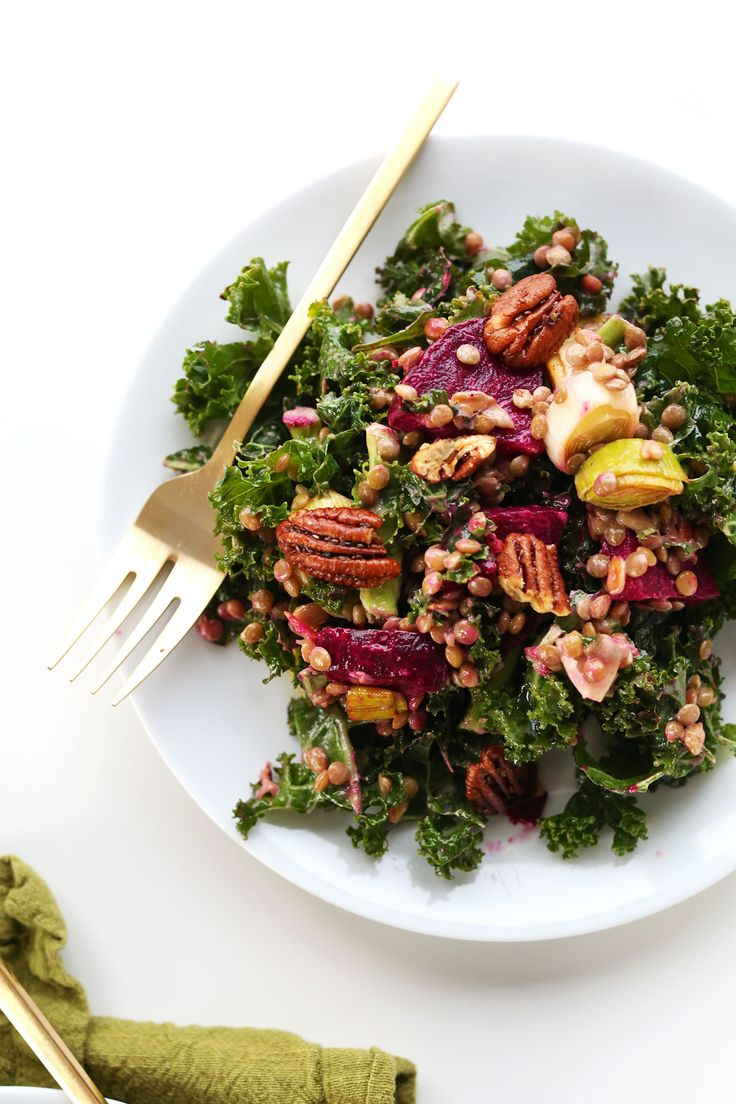 HEALTHY, satisfying winter salad with kale, lentils, roasted beets and leek and roasted pecans! #vegan #glutenfree