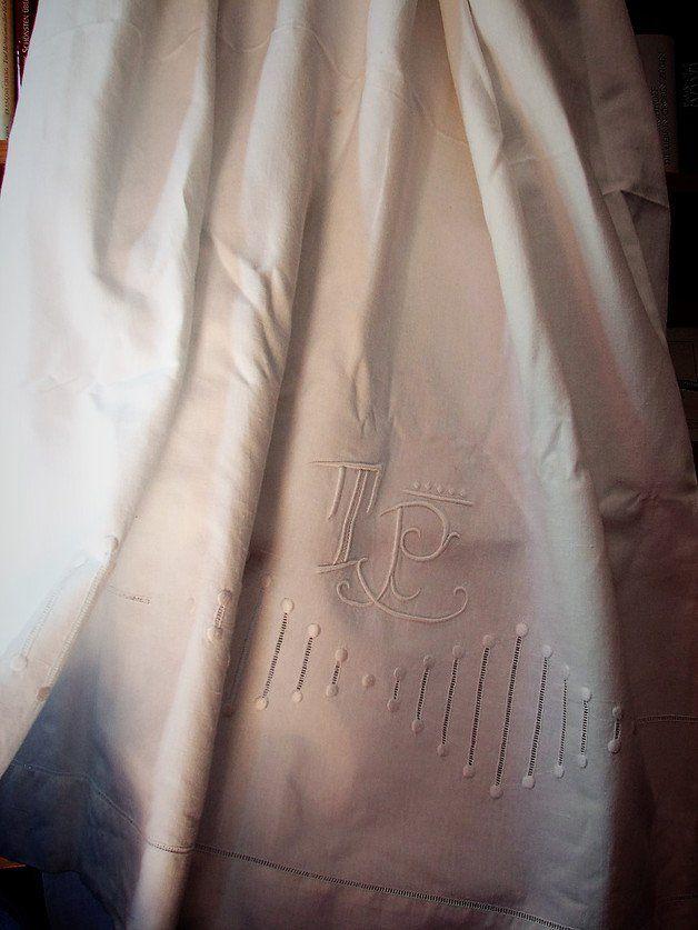 Ein tolles weißes, riesiges Laken aus festem, altem Leinen. Wunderbare Lochstickerei am unteren Ende (zum Überschlagen des Lakens über eine Decke) plus Knötchenstickerei und ein großes Monogramm...