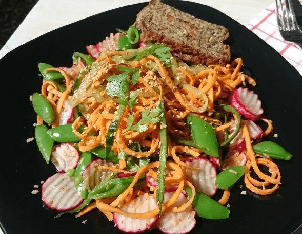 Een rauwe zoete aardappelsalade met een Aziatische twist. Heerlijk knapperig en vol met vezels, vitaminen en mineralen. Lekker als koolhydraatarme lunch.