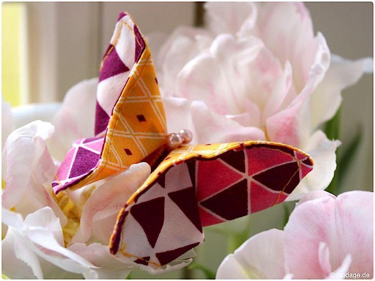 DIY Origami Schmetterling aus Stoffresten nähen: Ich bin schon total im Frühlingsmodus, die Sonne scheint, seit Wochen habe ich frische Frühjahrsblüher in unserer Wohnung und nun sind auch ein paar süße kleine Schmetterlinge bei uns eingezogen. Ich bin ja generell ein großer Fan von Falttechniken, die Origamikunst begeistert mich immer wieder und weil bei mir der Zeit mein eigener Stoffresteabbau ganz oben steht, habe ich mir aus Stoffresten kleine verspielte Origami-Schmetterlinge genäht.