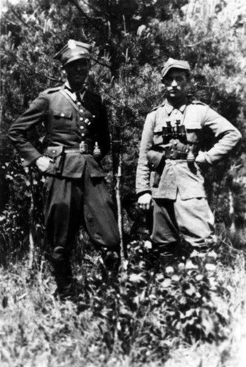 """Od prawej por. Stanisław Pelczar """"Majka"""", dowódca oddziału PAS Okręg NZW Rzeszów i Henryk Kowalczyk """"Lis""""."""