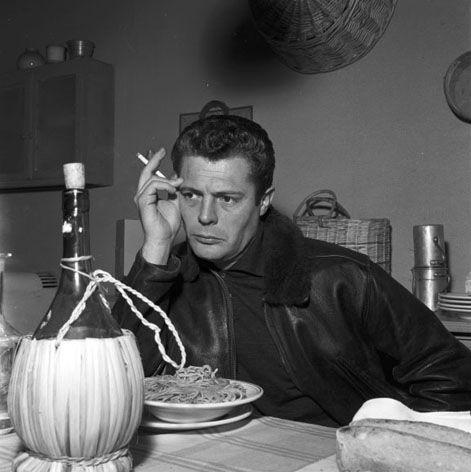 E' l'estate del '63, e tra Fellini e Catherine Deneuve, Marcello Mastroianni pensa anche alla pasta e fagioli.