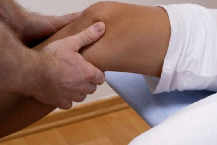 ¿Pueden algunas vitaminas ayudar a los músculos débiles de la pierna?. Si experimentas debilidad en los músculos de las piernas, consulta con un médico para determinar la causa. La debilidad en los músculos de las piernas puede deberse a la actividad en exceso, una enfermedad grave, dolor o ...