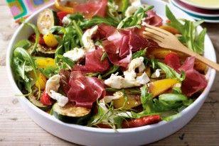 Gerösteter Gemüse-Salat mit Mozzarella und Bündner Fleisch Rezept: Paprikaschoten,Zucchini,Knoblauchzehen,Rosmarin,Olivenöl,Salz,Pfeffer,dunkler,Balsamico-Essig,Rucola,Büffelmozzarella,Scheiben