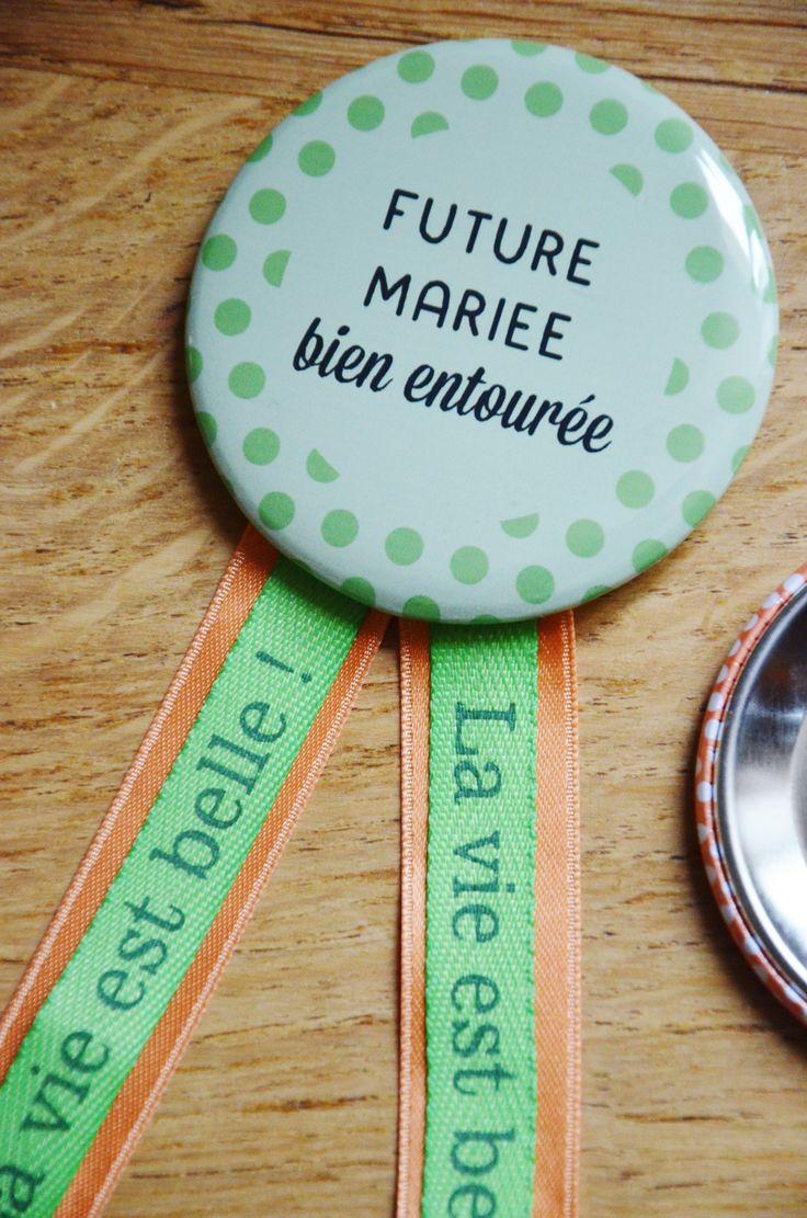Kit EVJF : cocarde et badges assortis aux faire-part (vert et orange)