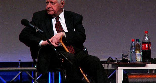 """Altkanzler Helmut Schmidt warnt vor einem """"heißen Krieg"""" mit Russland. Das Mitglied der Atlantik-Brücke sprach sich dafür aus, dass der Westen mehr Verständnis für die russische Politik haben müsse..."""