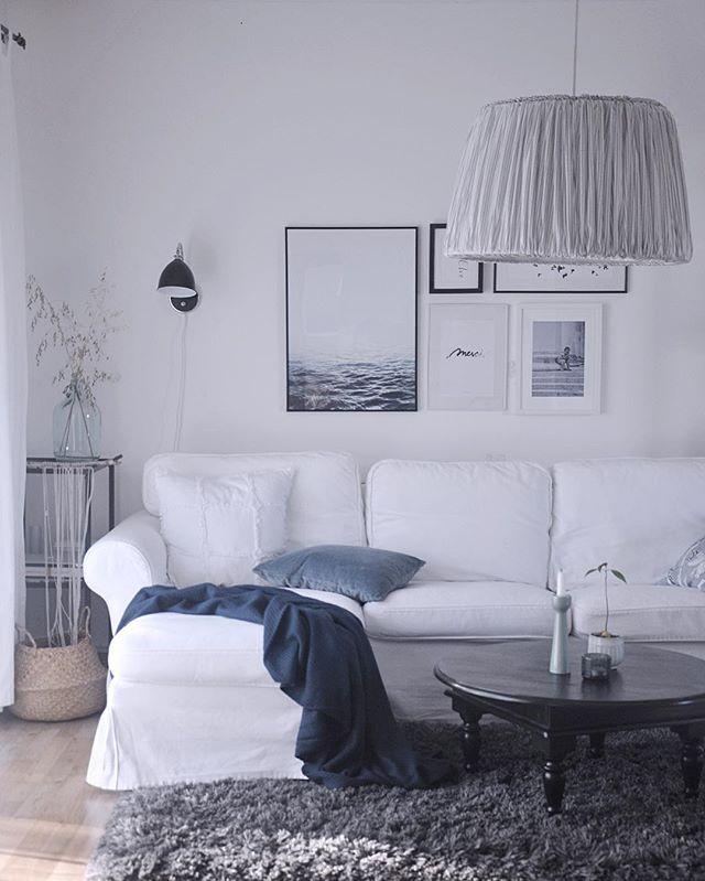 Sunshine returned, hurray 🙌🏼 #sunshineisback #suninmyhome #blueismynewblack #bluetint #whiteinterior #calmday #tinekhome #blackandwhite #stripedlamp #mystyling #ikeacz #hmhome #desenio #desenioposters #mamaisonblanche #onthewall #indiansummer #scandinaviandecor #ourliving #livingroom