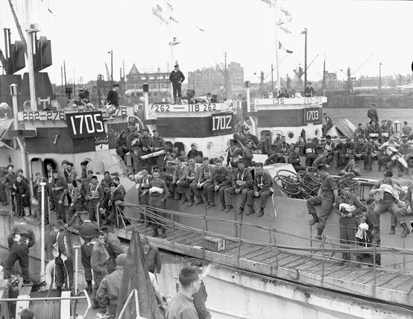 Canadian infantrymen aboard the Landing Craft Infantry LCI(L)s 276, 118 and 135 of the 2nd Canadian (262nd Royal Navy) Flotilla, Southampton, England, 4th June