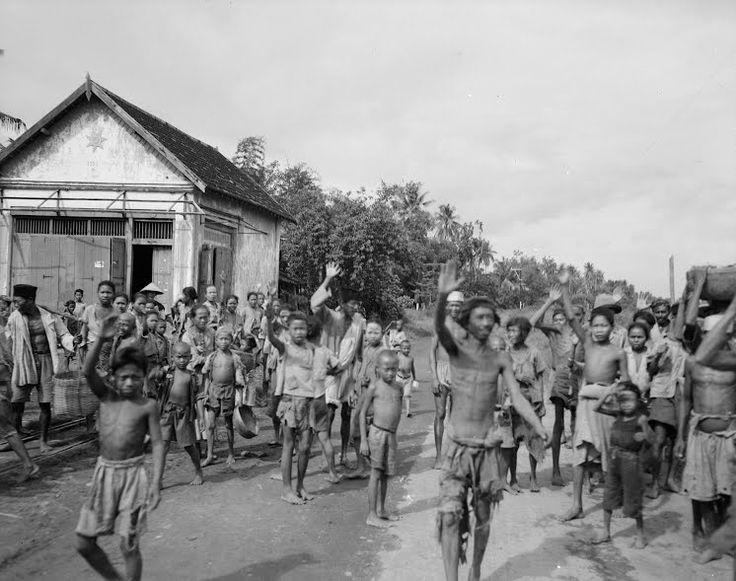 Legervoorlichtingsdienst Soerabaja (De bevolking zwaait een legerjeep uit) februari 1947 (Collectie nationaal archief)