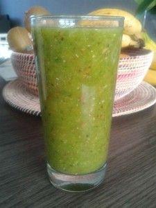 Tropische groene smoothie: spinazie, mango, sinaasappel, kiwi.