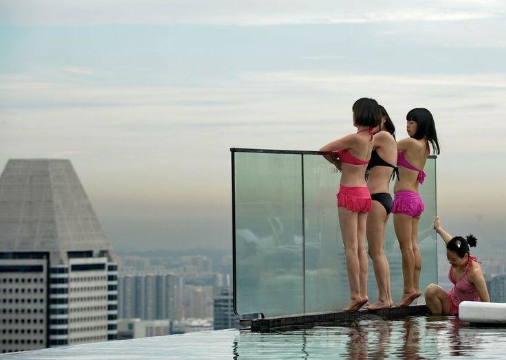 シンガポールの高級リゾートホテルのマリーナ・ベイ・サンズ(Marina Bay Sands)の屋上にある「インフィニティープール(Infinity Pool)」でくつろぐ人々(2014年5月20日撮影)。(c)AFP/ROSLAN RAHMAN ▼23May2014AFP 高級ホテルの屋上プールで景色を満喫、シンガポール http://www.afpbb.com/articles/-/3015704 #Singapore #Marina_Bay_Sands #Infinity_Pool