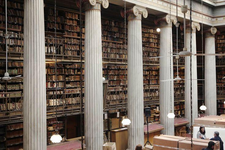 Ιστορική μετακόμιση πραγματοποιείται στην Εθνική Βιβλιοθήκη, με πάνω από 700.00 τόμους να μεταφέρονται από το νεοκλασικό κτίριο στο κέντρο της Αθήνας στους νέους χώρους που σχεδίασε ο Ιταλός αρχιτέ…