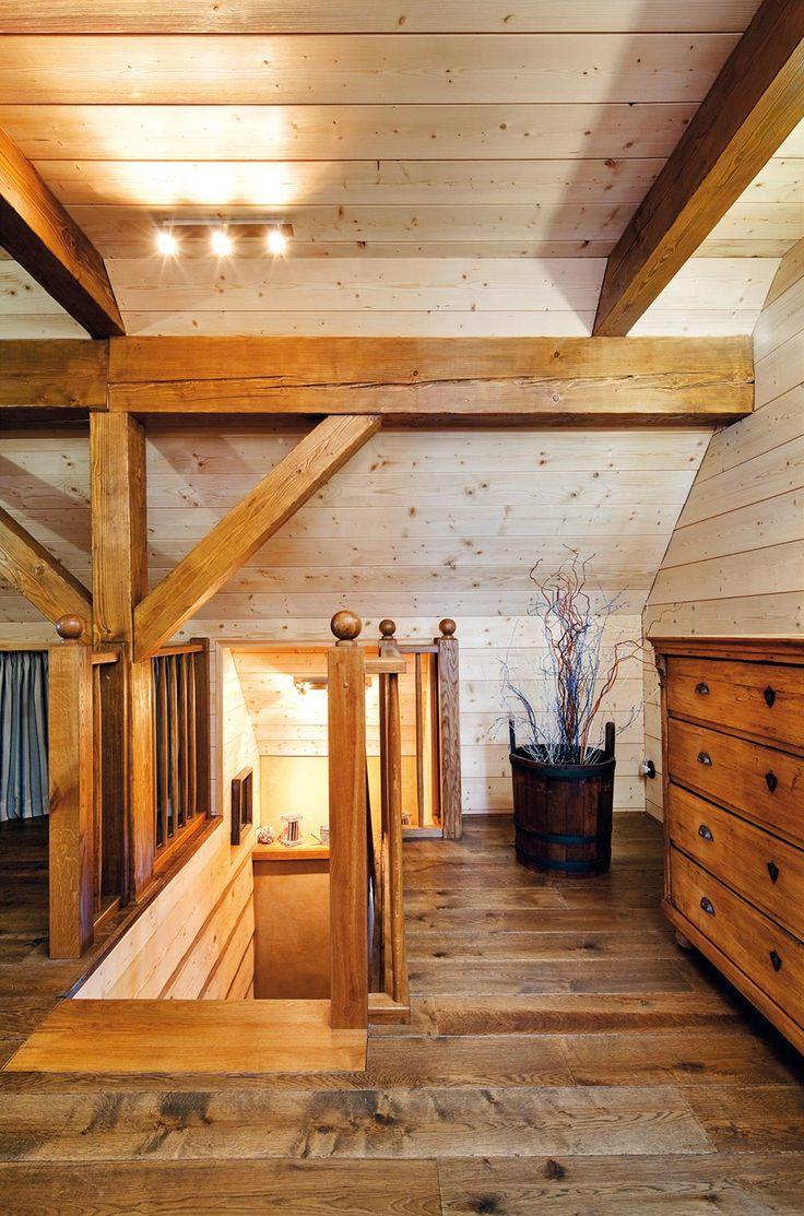 Dřevo se zde opakuje v několika odstínech.