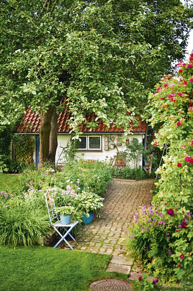 French backyard gardens - Mooie Sfeer Cottage Gardens With French Bistro Chair Invite You To Rest