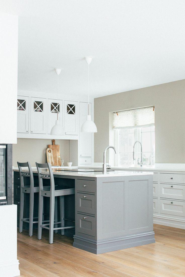 Kjøkkenet er utstyrt med to vasker og har benkventilator, slik at man slipper vegghengt vifte.