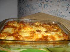 2 colheres de sopa de azeite  - 2 dentes de alhos  - Sal a gosto  - 2 latas de atum ralado  - 1 cebola pequeninha  - Pimentão vermelho a gosto  - Azeitona picada  - 2 colheres de molho de tomate  - 1/2 xícara de agua  - 2 colheres de sopa de salsa picada  - 4 batatas cozidas cortadas em rodelas finas  - 1 ovo cozido cortado em rodelas  - 2 ovos batidos  - 1/2 xícara de chá de queijo fresco ralado  - 1 xícara de chá de requeijão  - Queijo ralado a gosto  -
