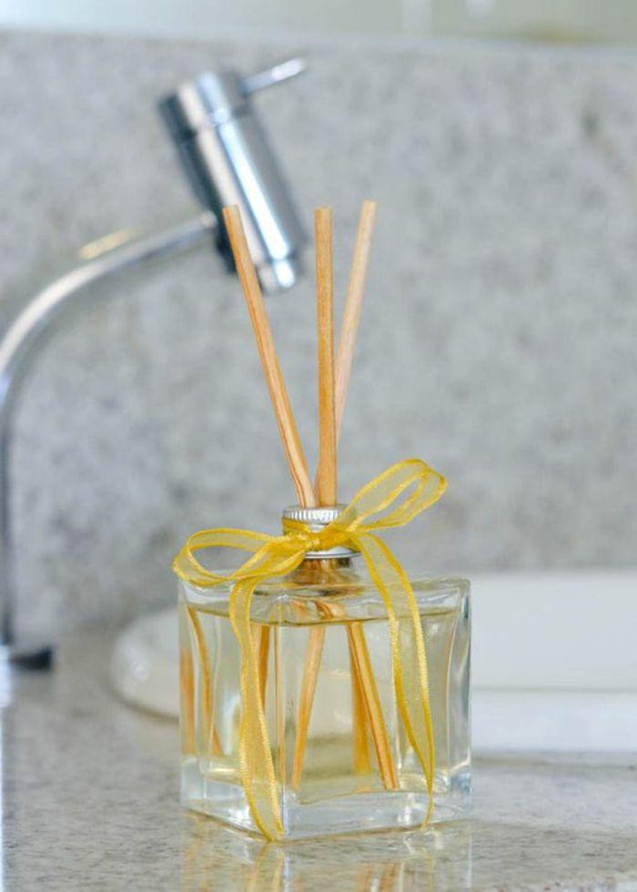 parfumflasche, gelbe schleife, waschbecken, holzstäbchen, dufterfrischer