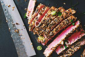 Ce steak de thon avec croûte de sésame épatera assurément vos invités.Un plat vraiment simple qui se prépare en un tour de main! Servir avecun bon saké c