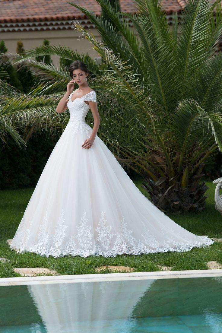 Nádherné svadobné šaty so sukňou zdobenou čipkou a dlhou vlečkou