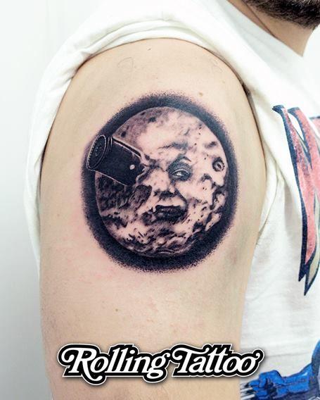 """VIAJE A LA LUNA TATTOO   """"Le Voyage dans la Lune"""", o """"Viaje a la Luna"""" es el primer film de ciencia ficción de la historia del cine, está basada en una novela de Julio Verne. Dirigida por Georges Méliès, la cara de la luna impactada por una bala de cañón es, además de un icono cinematográfico, uno de los planos más conocidos de la historia del celuloide.   #Luna #Viajealaluna #LeVoyagedanslalune #Tattoo #Tatuaje"""