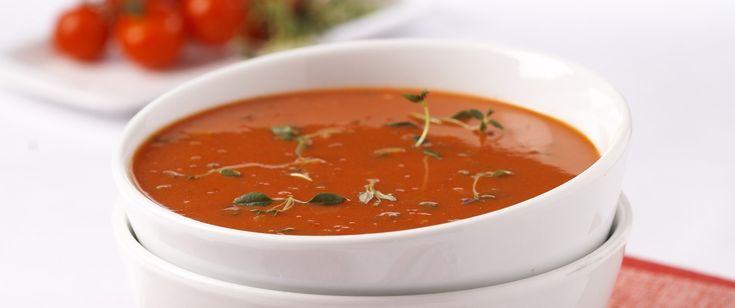 Hjemmelaget tomatsuppe med hakket frisk timian og kremost er en smaksbombe av en suppe. Server den til middag med ferskt brød og smør til.