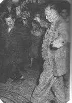 Ο Στελλάκης Περπινιάδης και ο διαβόητος Περιβόλας (παλιός νταής και μαγαζάτορας), χορεύουν ζεϊμπέκικο