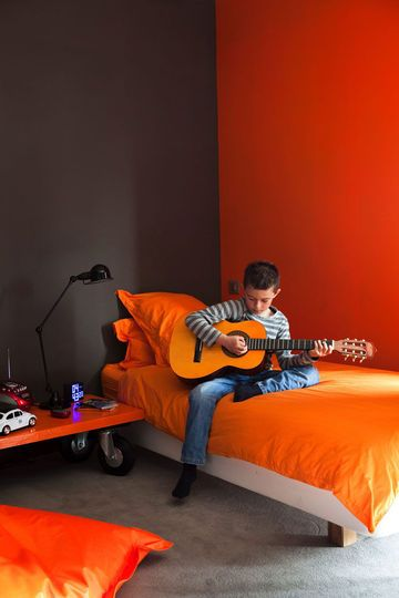 Une chambre coucher orange pour faire p tiller son - Peinture grise pour chambre ...