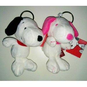 LLAVEROS PELUCHE SURTIDO SNOOPY 15 CM … Precio de Ocasión, Snoopy, es un perro ironico e inteligente, querido por todos, sus mejores ocurrencias siempre surgen de su meditación y esta la realiza en el tejado de su casa mirando al cielo como tiene que ser, ahora puede acompañarte con este fabuloso llavero de Snoopy peluche.