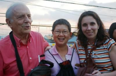 José Luis Olaizola with Rasami and one of his daughters, in Thailand.