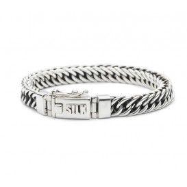 SILK 118-19. Zilveren armband uit de 'Vishnu-serie'. De zilveren armband is het kleine zusje van de robuuste 108 en 126 schakelarmband. De schakels hebben eenzelfde gebogen vorm en zijn van vier kanten afgevlakt, waardoor er een unieke zo goed als vierkante vorm ontstaat. De armband is van binnen geoxideerd wat een mooie donkere gloed van binnenuit geeft. Dit model is 19 cm lang en 8 mm breed.