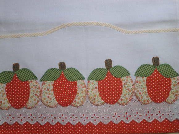 Pano de prato em patch apliquê com barra recortada Aplicação de abóbora em tecido de algodão e bordado inglês compondo a barra R$ 25,00