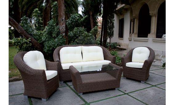 Este mágnifico conjunto de Majestic Garden está compuesto por mesa baja, sofá tres plazas y dos sillones, es ideal para disfrutar en buana compañía de las noches de verano en su terraza o jardín.Está fabricado en ratán sintético, el cual le garantiza una mayor durabilidad y comodidad en limpieza.